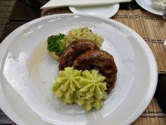 Recette de saucisses grillées bratwurst, choucroute, purée, sauce - Un plat complet de la cuisine allemande composé de choucroute, purée et saucisses grillées. Une alternative facile et rapide à la choucroute familiale, pour les gourmands de chou aigre acide.