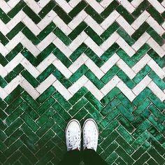 New ideas for kitchen wall tiles green interior design Chevron Tile, Herringbone Tile, Green Chevron, Kitchen Wall Tiles, Kitchen Flooring, Ceramic Flooring, Floor Design, Tile Design, Restaurant Zen