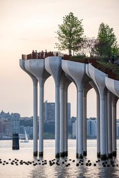 Little Island is formed of mushroom-shaped columns made from concrete that are set at different levels to create an undulating platform. Parametric Architecture, Contemporary Architecture, Architecture Design, Landscape Architecture, Amazing Architecture, New York City, Park In New York, Thomas Heatherwick, Switch House