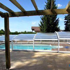 Abri de piscine mi-haut ARTECH MEDYO installé sur des plages en bois exotique en Haute-Vienne (87). L'abri protège la piscine contre les saletés et offre un confort supplémentaire aux clients qui pourront se baigner du mois de mars au mois de novembre grâce à la pompe à chaleur qui vient en complément de l'abri. www.abris-artech.fr FABRICANT INSTALLATEUR