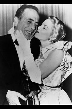 La actriz Claire Trevor comiéndose a besos a Humphrey Bogart que acababa de llevarse la estatuilla –la única que conseguiría a lo largo de s...