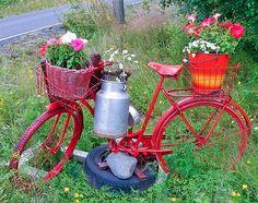 Pimp+up+your+bicikli:+minél+feltűnőbb,+annál+jobb!+Ha+már+csak+a+garázsajtót+támasztanátok+vele,+mert+szegény+régi+öreg+kétkerekű+már+senkinek+sem+kell,+és+még+ócskavasnak+sem+a+legjobb,+csodálatos+kerti+installációkat+készíthettek+belőle.+Íme+néhány+ötlet,+aztán+toljátok+lassan+haza+a+melóból+a+szekeret.+Péntek...