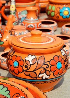 Flower Pot Art, Flower Pot Crafts, Pottery Painting Designs, Paint Designs, Bottle Art, Bottle Crafts, Indian Illustration, Painted Clay Pots, Clay Vase