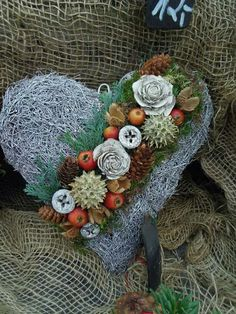 Herz Christmas Diy, Christmas Wreaths, Christmas Decorations, Holiday Decor, Art Floral, Cemetery Decorations, Funeral Flowers, Door Wreaths, Natural Materials