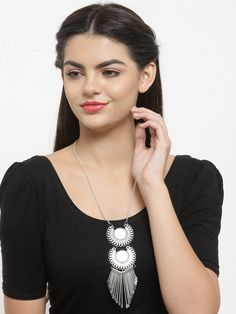 This Charming Neckpiece Is Neat And Simple For Those Who Wish For Fashion Jewelry Collection. Match This Jewelry With Any Of Your Outfit And Flaunt Your Style. Fashion Jewelry Stores, Antique Jewellery, Silver Pearls, Jaipur, Party Wear, Jewelry Collection, Perfume, Mirror, Pretty