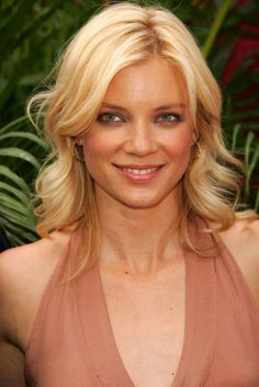 Amy Smart is an American film and television actress and former fashion model. Smart appeared as Joy in the 2006 movie Peaceful Warrior, starring Scott Mechlowicz and Nick Nolte. She stars as Melissa in the 2008 independent film Seventh Moon. Film Seven, Amy Smart, Celebrity Photos, Fashion Models, Hair Color, Beautiful Women, Actresses, Female, Lady