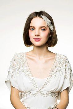 ゆるやかカールで気品漂うボブヘア ウェディングドレス・カラードレスに合う〜ボブの花嫁衣装の髪型まとめ一覧〜