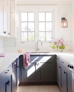 8. cozinha Dreamy Uma cozinha azul é muito legal e você pode misturá-lo com a cor rosa, decorando o espaço com objetos bonitos neste sombra. Como sobre placas de rosa, um vaso com flores rosa ou uma bandeja de cor de rosa, adorável, à direita?