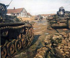 Front de l'Est, automne 1941. Deux Panzer III d'une 5. Kompanue et un Panzer IV kurz (Ausf. E oder F) sont à l'arrêt dans une village. On notera l'échappement inhabituel du Panzer III Nr. 532.