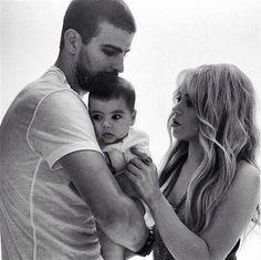 Shakira and Gerard Piqué with their son Milan Shakira Baby, Shakira Y Pique, Shakira And Gerard Pique, Latest Celebrity Gossip, Celebrity Couples, Gwen Stefani, Family Tumblr, Milan Pique, Shakira Mebarak