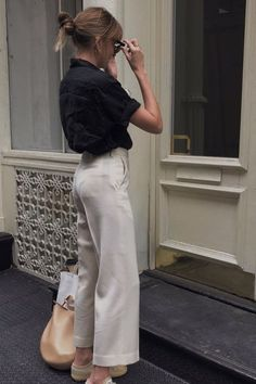 Are you looking for effortless minimalist outfit ideas to refresh your spring wardrobe? For no brainer easy mornings, we round up fifteen looks to get you inspired. You probably already have the ke… Looks Chic, Looks Style, Look Fashion, Trendy Fashion, Womens Fashion, Trendy Style, Classy Fashion, Petite Fashion, 70s Fashion