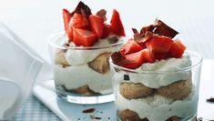 Tiramisu er nok den mest populære og mest kendte italienske dessert. Her er den anrettet i glas og med hvid chokolade og jordbær