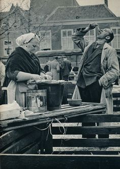 Scheveningse visverkoopster 1957 - Fresh Herring at the dock.