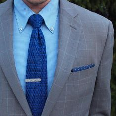 Back to blues. This particular pattern of a knit tie is near the top for me.  In my opinion the texture of this pattern adds a dimension you dont get the with all the other styles.  Tomorrow I will be showing my casual side...expect some denim and boots.  Knit Tie: @otaa.australia  Tie Clip: @woodandrivet  Pocket Square: @morninggrindclub  Shirt: @kennethcole  Blazer: @perryellis…