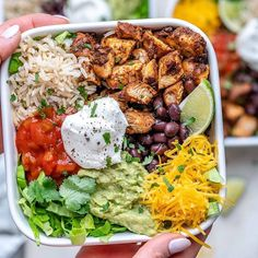 {NEW} Copycat Chipotle Chicken Burrito Bowls CFC Style 🍅🌱🥑 DRoooLLLLL 🤤🤤🤤 Looks like your Dinner plans just changed!🙌 Chipotle Chicken Burrito Bowls are Poulet Au Chipotle, Chipotle Chicken Copycat, Chipotle Chicken Bowl, Keto Chicken, Healthy Chicken, Baked Chicken, Chicken Recipes, Chicken Burrito Bowl, Vegetarian Recipes