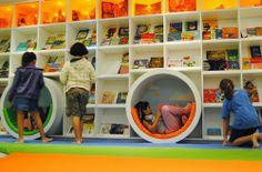 La interacción de los niños con la biblioteca, los colores y el mobiliario que allí se encuentra ayuda a crear un acercamiento a la lectura y así dejar que fluya. Los espacios son importantes, y sin duda este es apropiado para ayudar a que la imaginación vuele.
