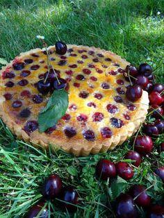 Une tarte gourmande cerises (ou griottes selon les goûts) et crème d'amandes .