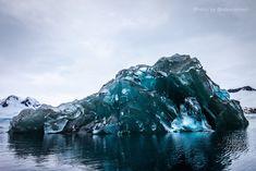 Il videomaker e designer informatico statunitense  Alex Cornell  si è imbattuto in un iceberg dal colore molto particolare mentre attraversava lo stretto di Drake, in Antartide, durante un viaggio. Invece che del solito bianco opaco, era di un blu traslucido, quasi alieno, che permetteva di s