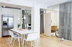 Eteisestä aukeaa näkymä kodin kaikkiin tiloihin. Lasiseinien ansiosta asunto on neliöitään avaramman oloinen.