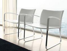 Maki: Struttura in acciaio cromato, seduta, braccioli e schienale rivestiti.