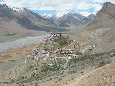 Tibet indiano: Ki Gompa -L'antico monastero di Ki nella valle dello Spiti (Tibet indiano) è il principale della zona. Arroccato a 4000 metri su uno sperone di roccia domina una valle desertica su cui si affacciano splendide vette. Il fiume Spiti, fonte di vita per le irrigazioni dei villaggi, scorre ai suoi piedi Cerca con Google