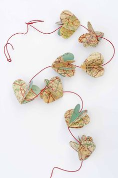 Make a gorgeous DIY heart garland out of vintage road maps to decorate your home. decoration Featured on Valentine Day Crafts, Valentine Decorations, Valentines, Holiday Crafts, Holiday Ideas, Christmas Ideas, Do It Yourself Organization, Map Crafts, Heart Map