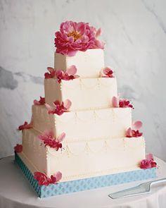 Bolo de casamento quadrado enfeitado com peônias naturais pink
