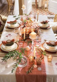 The Christmas table is the meeting point to enjoy unforgettable evenings with your loved ones. Decorating it is a ritual every year. Christmas Table Settings, Christmas Tablescapes, Christmas Table Decorations, Christmas Plants, Pink Christmas, Christmas Home, Elegant Birthday Party, Dinner Room, Diy Crafts To Do
