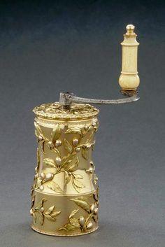 Moulin à café en or ayant appartenu à Mme de Pompadour, Oeuvre de Jean Ducrollay (Louvre)