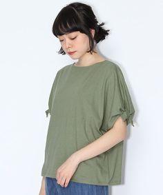 袖口がラフにリボン結びされたデザインTシャツ。 袖は適度な長さで二の腕をカバーしてくれるところもポイント。 大人っぽい甘さが魅力の一枚です。 シンプルにデニム合わせで今年らしいスタイルが完成するおすすめアイテムです。