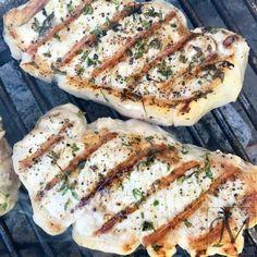 Grillen skal være meget varm og så giver det et ekstra pift med rosmarin og lidt timian   #grill #svinekottelet