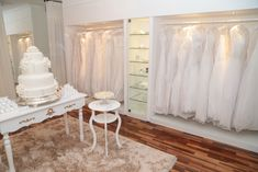 Zugehöriges Bild - Home Page Fashion Shop Interior, Bridal Boutique Interior, Fashion Showroom, Boutique Interior Design, Boutique Decor, Fashion Room, Clothing Store Design, Store Layout, Bridal Stores