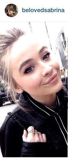 Love her makeup & accessories {Sabrina Carpenter}