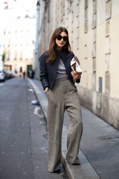 Wide leg pants are a key component of any working woman's closet. Here are outfit ideas and inspiration for how to wear wide leg pants. Mode Outfits, Fashion Outfits, Womens Fashion, Fashion Trends, Fashion Bloggers, Luxury Fashion, Outfits 2016, Fashion 2014, Fashion Hacks