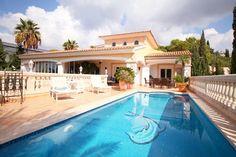 Diese mediterrane Meerblick Villa in Santa Ponsa zur Langzeitmiete und Kauf bietet Ihnen 5 Schlafzimmer auf 350 m2 WF. Zur Langzeitmiete monatl. € 5.800.-