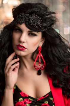 Wear this bold roaring 20s flapper style headpiece to a prohibition party, speakeasy event or 20s gangster party! This gorgeous piece features