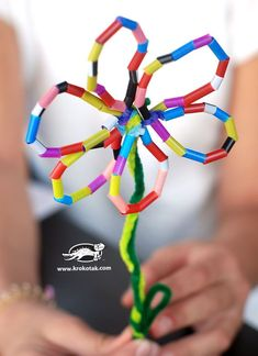 Mother's Day activities: Flowers from from drinking straws. Relatively inexpensive too! Summer Crafts, Fun Crafts, Straw Sculpture, Drinking Straw Crafts, Mother's Day Activities, Motor Activities, Straw Art, Kids Art Class, Mothers Day Crafts