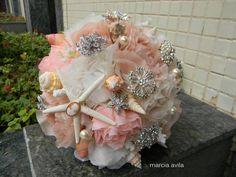 Buque de broches e conchas com flores em tecido