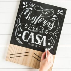 Learn how to make this super easy (and cheap!) blackboard to write everyday notes. (in Portuguese)