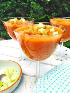 Recept gazpacho soep. Een Spaanse koude soep dat veelal in de zomer wordt gegeten. Meestal wordt deze groentesoep van tomaten gemaakt. Gazpacho soep maken?
