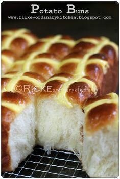 Potato buns atau potato bread ini sudah lama saya buat dan ini bukan yang pertama kalinya. Sebelumnya sudah pernah beberapa kali membuatny...