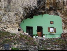 Das Haus ohne Dach in Kallmünz.  Das Haus ohne Dach in Kallmünz ist eine richtige Höhlenwohnung allerdings habe ich keine Bilder vom Innenraum die gibt es aber hier. Das Haus befindet sich unterhalb der Burg ist also in etwa dieselbe Position im Ort einfach der Hauptstrasse folgen kann man nicht übersehen.