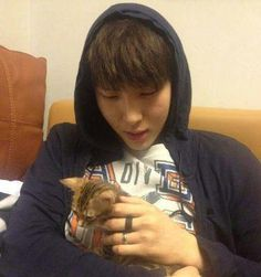 I don't care how many times I've repinned this but it's too adorable. VIXX Leo with a kitten