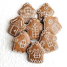 Perník - chaloupka Chaloupka k nakousnutí vyrobená z perníkového těsta, zdobená kornoutkovou technikou. Velikost chaloupky je zhruba 7,5 x 6,5 cm. Cena za 1 chaloupku. Posílám jako křehké zboží, aby cestou nedošlo k úhoně. Christmas Gingerbread, Christmas Deco, Gingerbread Cookies, Christmas Time, Christmas Goodies, Christmas Treats, Chocolate Christmas Cake, Culinary Arts, Holiday Baking