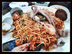 해물찜 RemulTim, Frutos do mar com brotos de soja, olha viera, camarão e monte de iguarias que nem conheço nome.....muito picante!!!!!