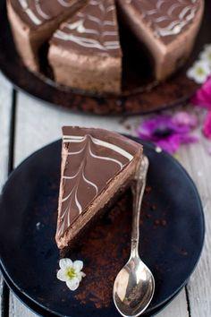 Saftiger Brownie-Boden trifft auf fluffige Schoko-Mousse und eine knackige Schoko-Hülle. Die perfekte Torte für Schoko-Liebhaber.