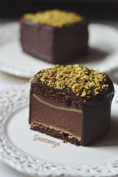 Mozart golyó mini tortának álcázva Hozzávalók: db mini tortához) a… Baking Recipes, Cookie Recipes, Dessert Recipes, Mini Cakes, Cupcake Cakes, Torte Cake, Raw Desserts, Recipes From Heaven, Macaron