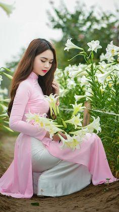 Preety Girls, Ao Dai Vietnam, Satin Trousers, Sweet Lady, White Satin, Asian Woman, Asian Beauty, Beautiful People, Aurora Sleeping Beauty