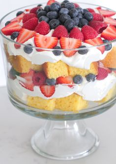 Sharing my favorite trifle recipe today! This Very Berry Vanilla Cake Trifle is the perfect dessert for summer fun entertaining! Oreo Dessert, Brownie Desserts, Köstliche Desserts, Plated Desserts, Brownie Trifle, Dessert Kabobs, Homemade Desserts, Pound Cake Trifle, Punch Bowl Cake
