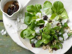 Winterlicher Feldsalat - mit gehobeltem Ziegenkäse - smarter - Kalorien: 227 Kcal - Zeit: 30 Min. | eatsmarter.de Diesen Salat solltet Ihr im Winter probieren!